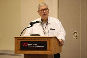 Le Dr Donald Jenkins, de l'UT Health/University Health System Trauma Care, prend la parole lors de l'annonce de la participation du South Texas Blood & Tissue Center au National Blood Emergency Preparedness Corps le samedi 11 septembre au South Texas Blood & Tissue Center.  Le Blood Emergency Readiness Corps est composé de centres de transfusion de cinq États qui se sont engagés à collecter des unités de sang supplémentaires selon un calendrier tournant et «sur appel».