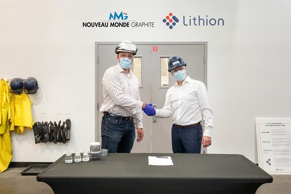 Eric Desaulniers et Benoit Couture signent l'Entente aux installations de démonstration de Lithion à Montréal, au Québec.