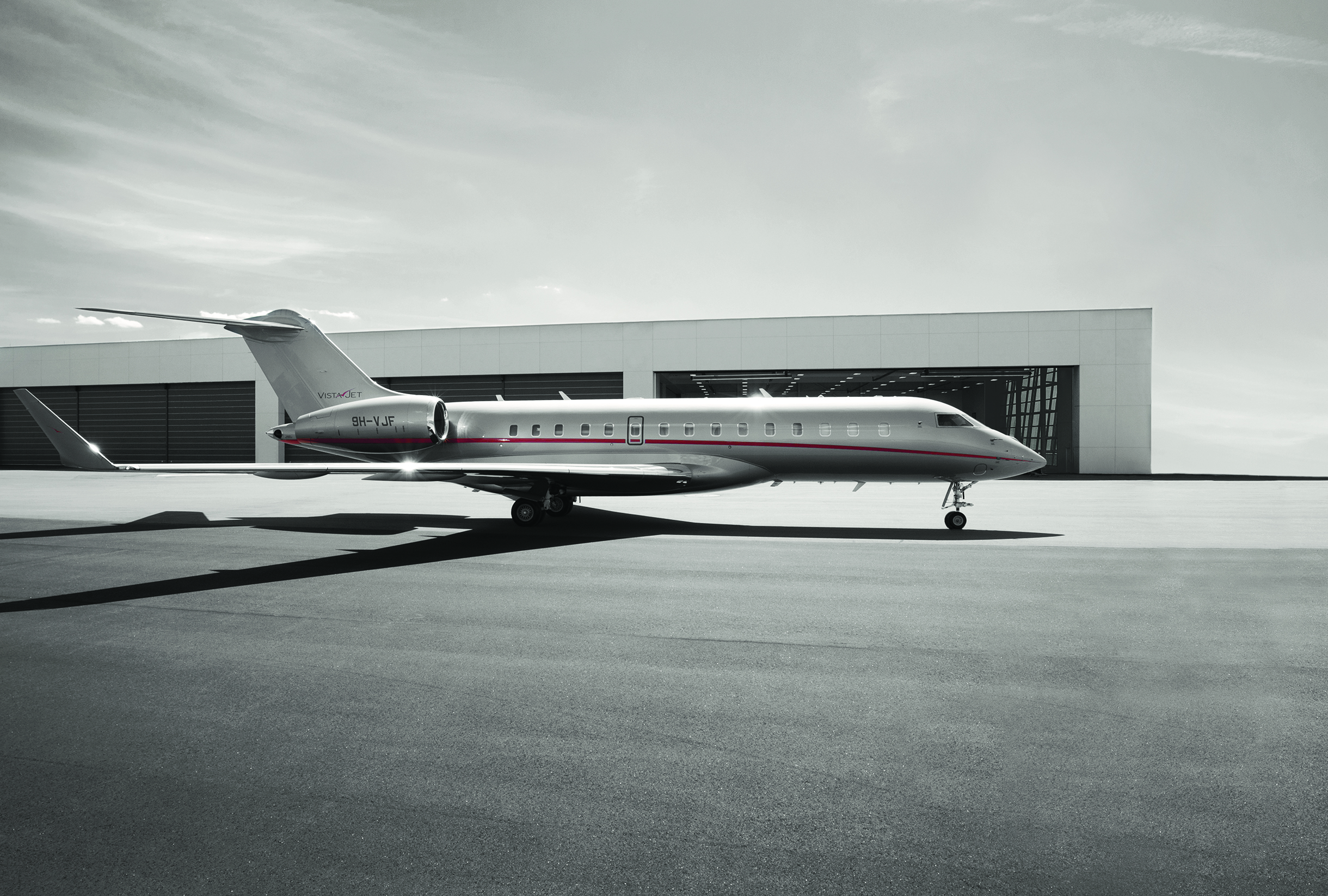 VistaJet Aircraft_Global 6000_on tarmac_4