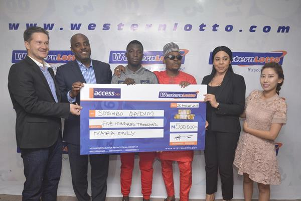 Qadim (c) with Elvis Krivokuca, Yomi Ogunfowora, Olamide, Anita Osadebe and Lucy Lee at Western Lotto presentation of N.5m cheque