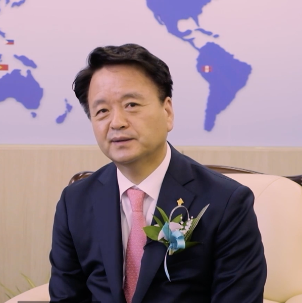 For his dedication to humanitarian service and medical contributions to the world, Professor Choi Youngsik was presented with the 2021 Lions Humanitarian Award.