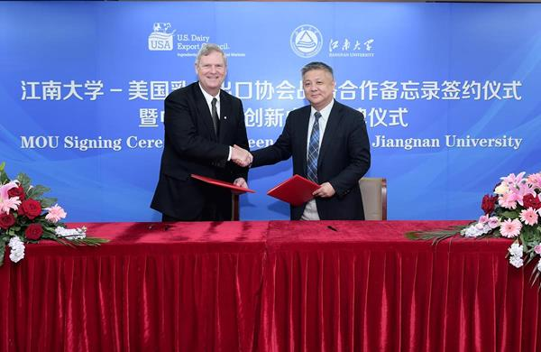 Jiangnan University Vice President Xu Yan (right) and U.S. Dairy Export Council President and CEO Tom Vilsack celebrate a March 30 memorandum of understanding to establish a new innovation partnership.