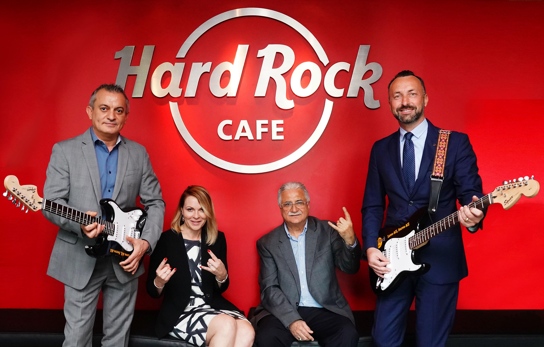 هارد روك كافيه يفتتح أولى فروعه بمطار دبي الدولي حيث الموسيقى الراقية والمأكولات اللذيذة والملابس الأنيقة