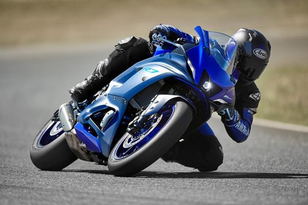 22_YZF-R7_Team Yamaha Blue_Action_1