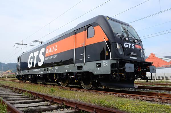 Una locomotiva Bombardier TRAXX DC3 della flotta GTS Rail