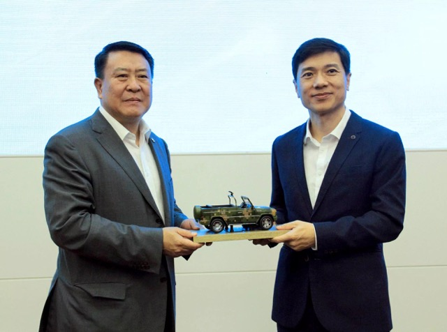 Baidu Chairman and CEO Robin Li (right) and BAIC Group Chairman Xu Heyi at strategic partnership agreement signing ceremony