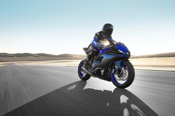 22_YZF-R7_Team Yamaha Blue_Action2