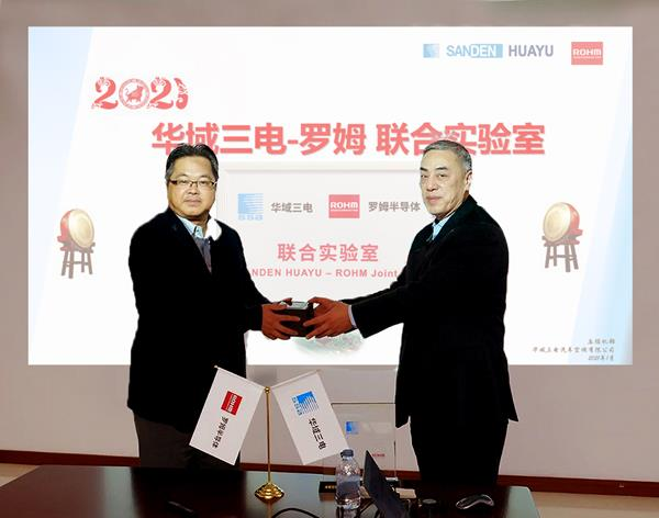 Wang Jun (right), President at Sanden Huayu, and Raita Fujimura (left), Chairman of ROHM Semiconductor (Shanghai) Co., Ltd., exchange gifts at the opening ceremony.